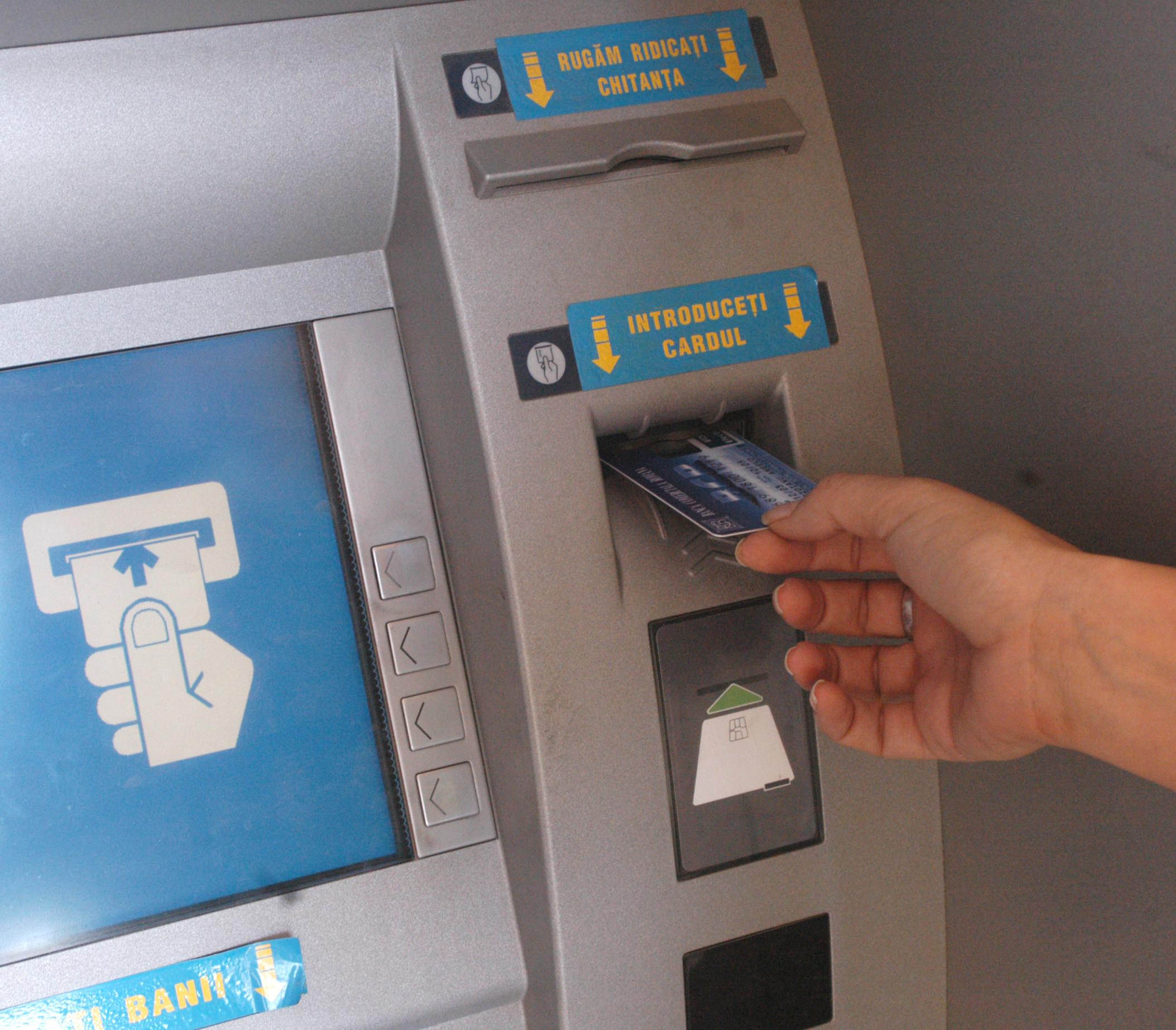 Un polițist din Botoșani a dus cu mașina poliției un șofer care nu avea cash la el să scoată bani de la bancomat pentru șpagă