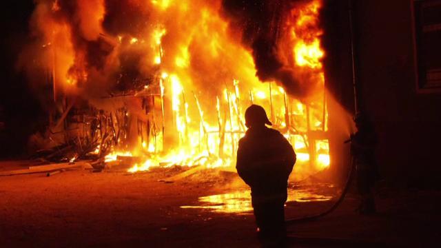 O tânără din Botoșani și iubitul ei au dat foc casei unei mătuși, cu 2 copii înăuntru, pentru că a blestemat-o pe Facebook