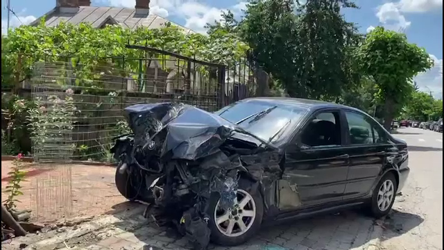 Scene ca în filme. Un tânăr de 18 ani și-a distrus mașina, după ce a avariat alt autoturism și a rupt un stâlp