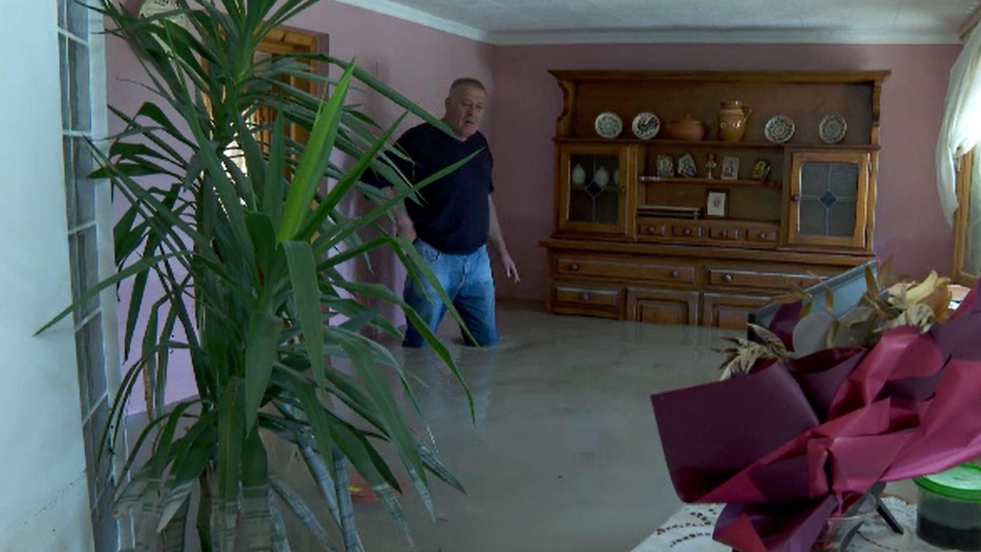 România, măturată de ape. Drama unui bărbat a cărui casă a fost pentru a doua oară ruinată de inundații