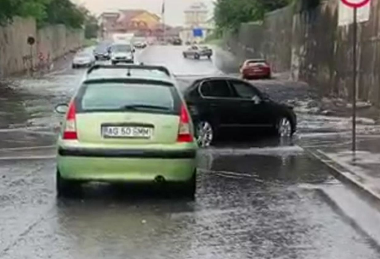 Pasajul de la ieșirea din Târgoviște, inundat. Șoferii au înaintat cu greu
