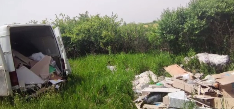 Doi bărbați, prinși aruncând moloz și deșeuri pe un câmp de lângă Timișoara