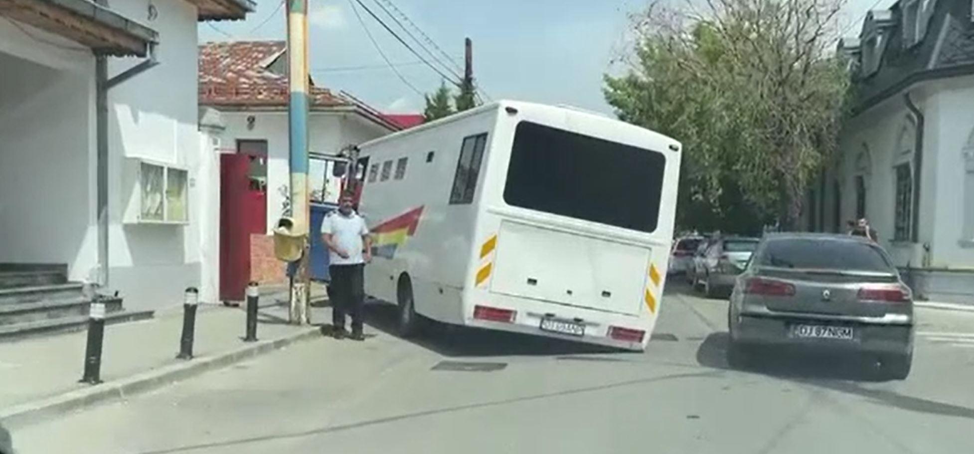 """Dubă plină cu deținuți, rămasă blocată în Craiova din cauza unui """"crater"""""""