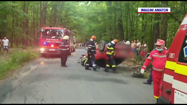 Un șofer de 19 ani a lovit un copac și s-a răsturnat cu mașina într-o pădure din Dâmbovița