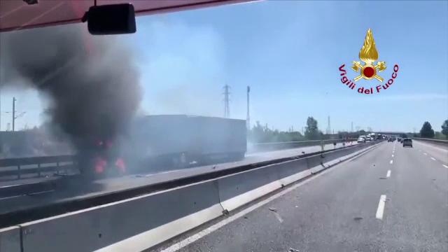 Doi șoferi au murit arși de vii, după ce un camion a intrat într-o cisternă și au luat foc
