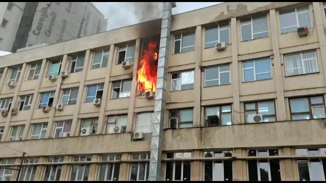 """Incendiu violent într-un salon de la Spitalul de Copii """"Sfânta Maria"""" din Iași, marți seară"""