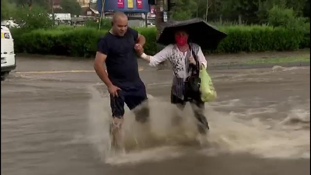 Prăpăd în Galați. A plouat cu bucăți mari de gheață, iar mai multe clădiri au fost inundate