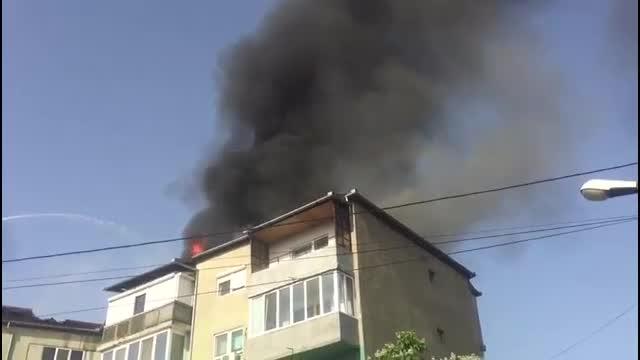Incendiu puternic într-un bloc din Oradea. Focul a pornit dintr-un apartament și a cuprins tot acoperișul