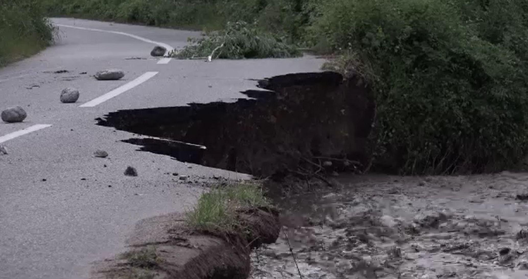 Vremea rea continuă să facă ravagii în țară. Mai multe drumuri s-au surpat din cauza apelor