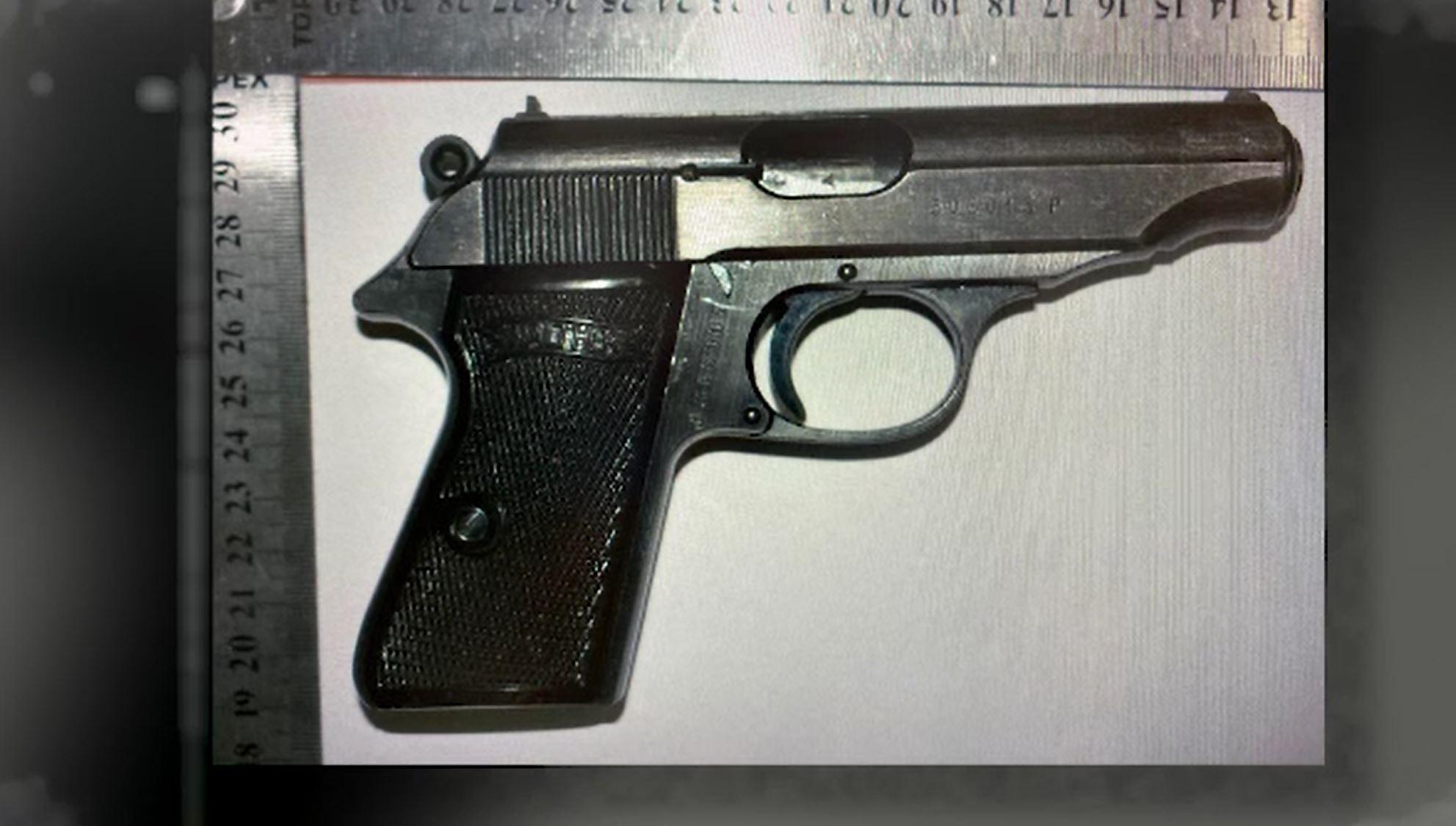 Un bărbat a fost arestat preventiv, după ce şi-a uitat pistolul în cabina de probă a unui magazin din Capitală