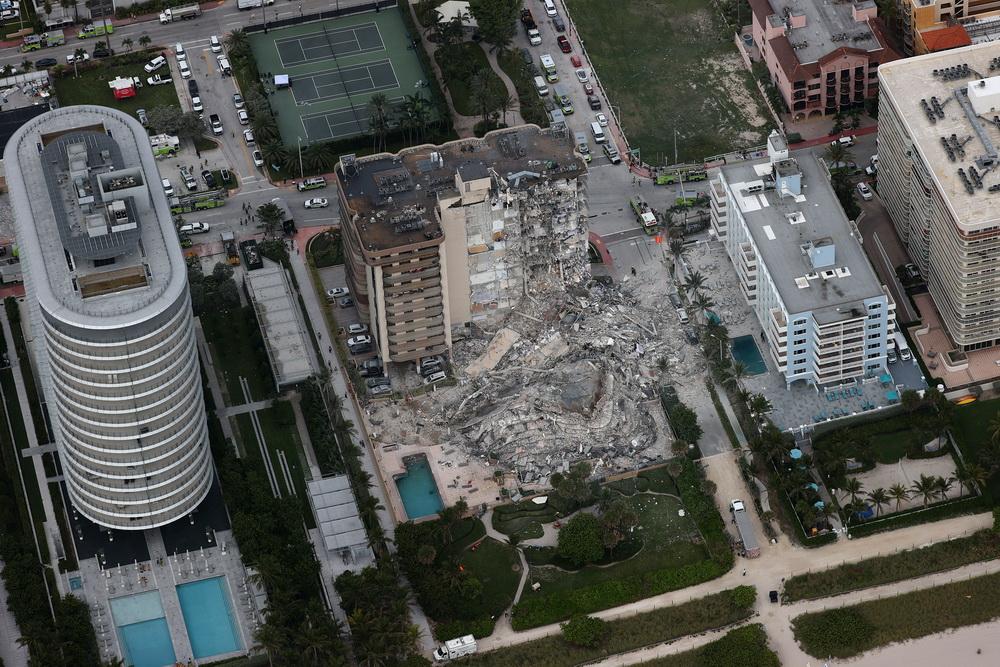 Un bloc cu 12 etaje s-a prăbușit în Florida. Cel puțin o persoană a murit