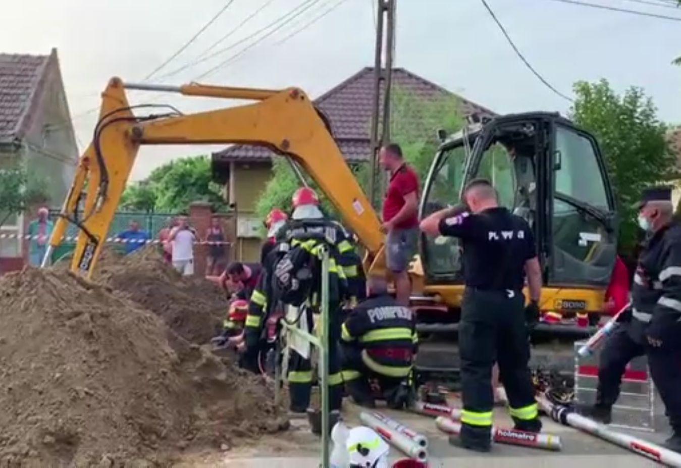Doi muncitori au scăpat cu viață după ce au fost îngropați de un mal de pământ. Prezența de spirit a colegilor i-a salvat