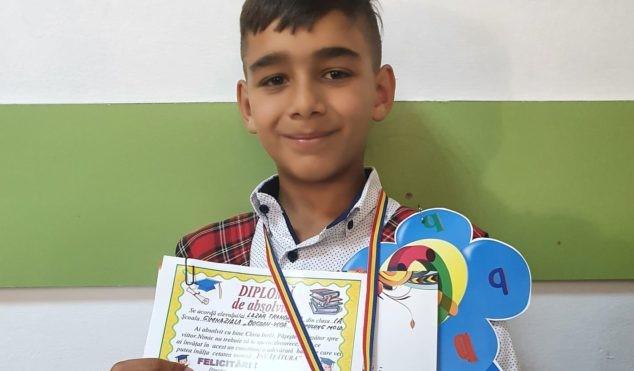 Trandafir, copilul din clasa I care și-a învățat mama să scrie, iar acum e învățător pentru frații săi mai mari