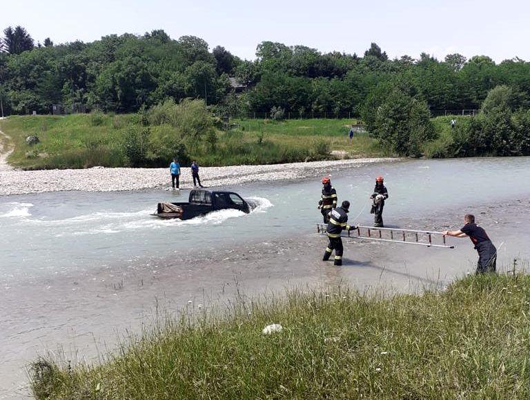 Pasagerii unei mașini, scoși de pompieri din Teleajen, după ce au încercat să o spele în râu