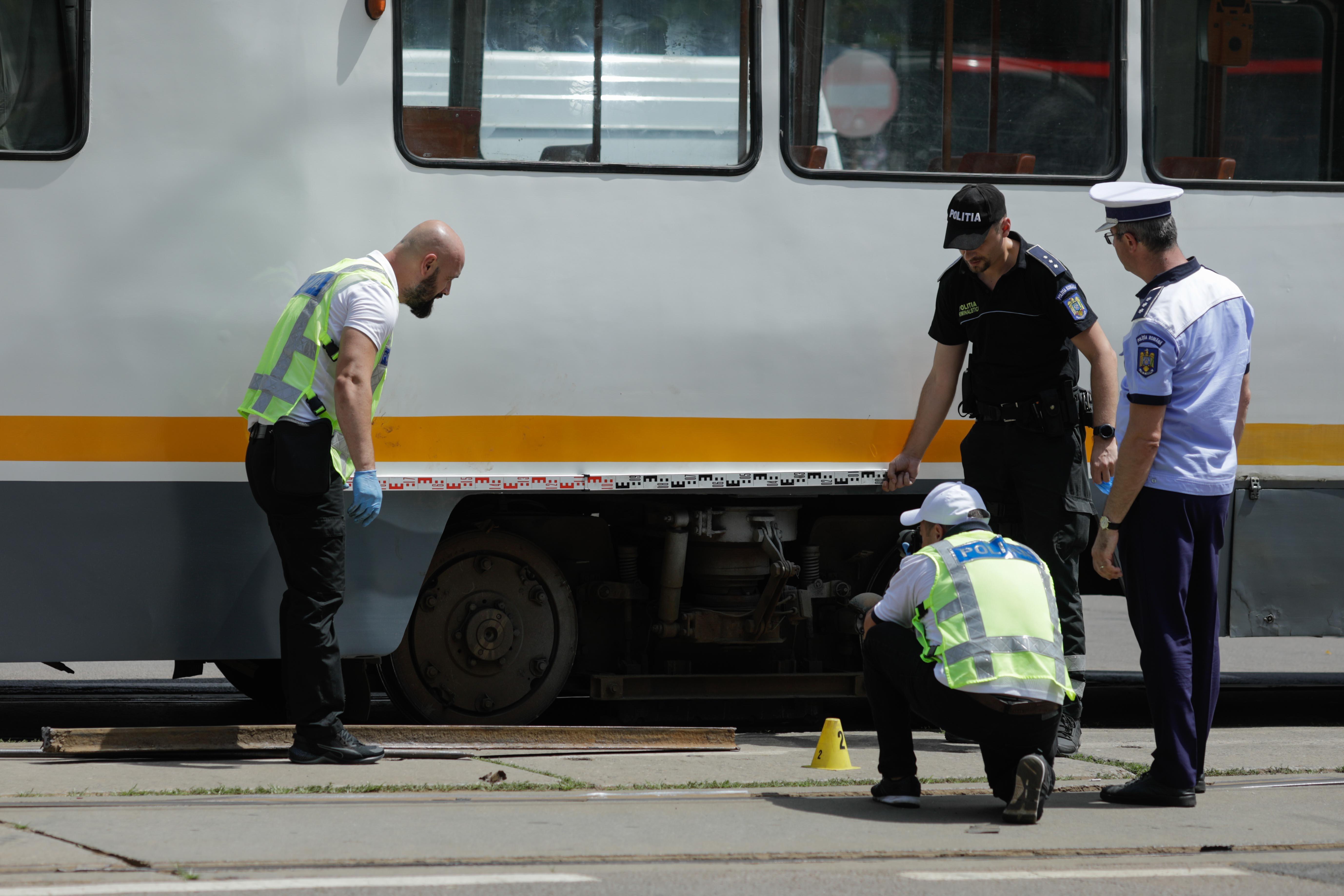 Incident grav în București. O șină s-a desprins, a trecut prin podeaua unui tramvai și a rănit un bărbat