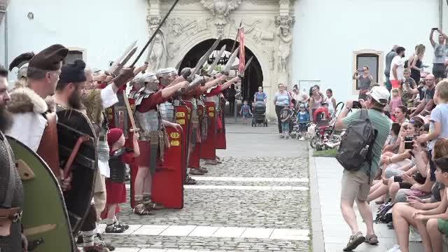 Cetatea din Alba Iulia a revenit la viață și oferă spectacole de istorie pentru turiști