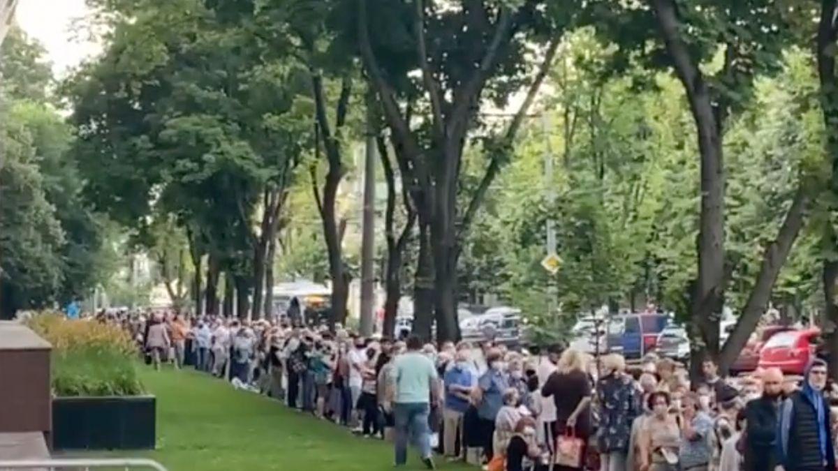 În timp ce românii nu mai sunt interesați de vaccin, în Republica Moldova oamenii stau cu sutele la coadă