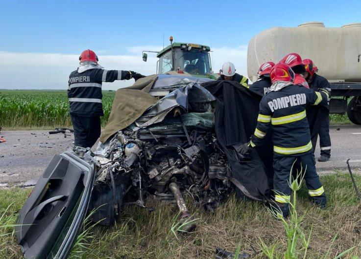 Accident cu doi morți în Vrancea. Coliziune între un autoturism şi un tractor. Traficul în zonă este blocat