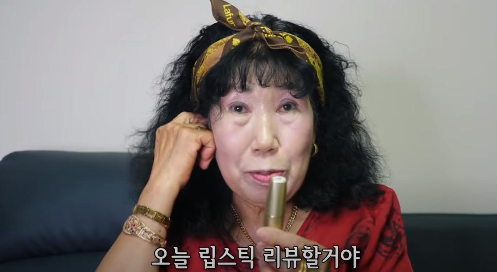 Are 74 de ani și e vedetă. O bunicuță din Coreea de Sud dă lecții de vlogging celor tineri