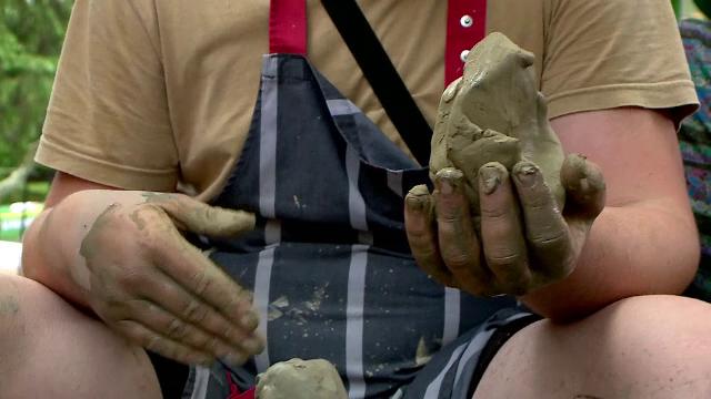 Meșterii olari s-au adunat la Târgul Național de Ceramică, de la Iași. Care au fost cele mai căutate vase de lut
