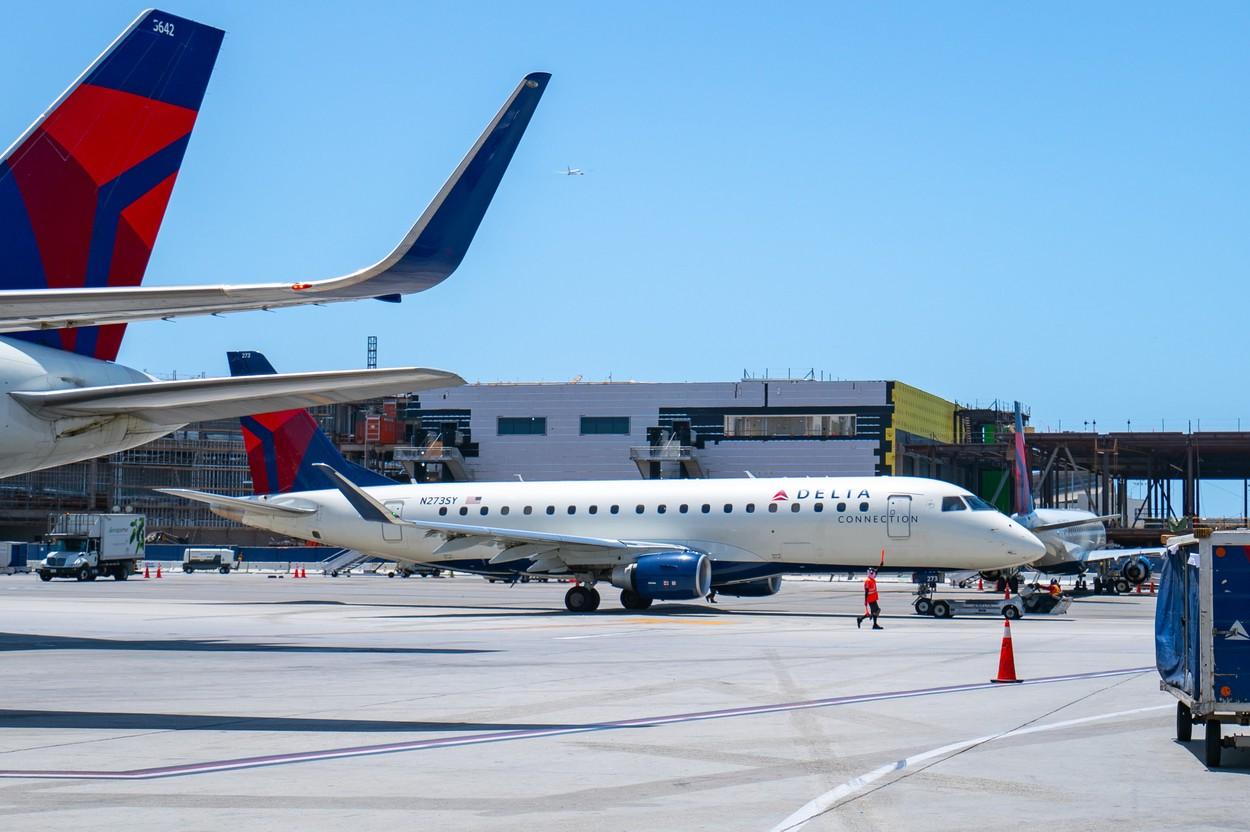 Incident pe aeroportul din Los Angeles. Un bărbat a sărit din avionul care se pregătea să decoleze