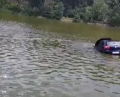 Tânăra care a băut, s-a urcat la volan și s-a aruncat cu mașina în lac a fost reținută