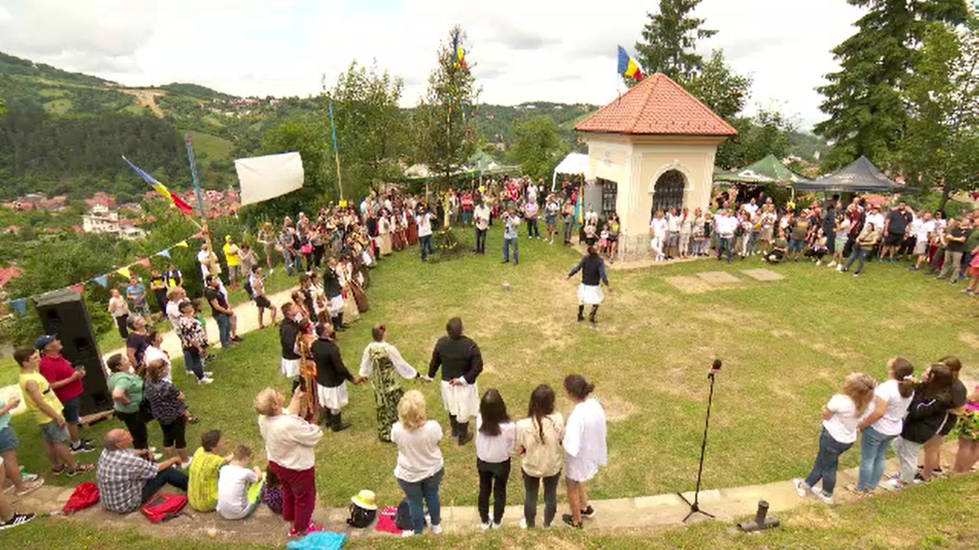 Dansul popular se păstrează în Șcheii Brașovului. Tinerii îmbracă straiele moștenite și încing hore în poieni