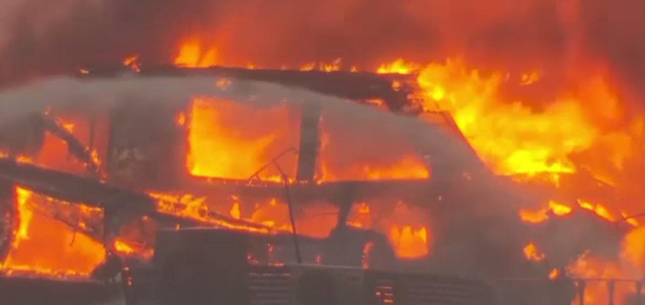 Incendiu devastator pe o insulă: Zeci de iahturi și bărci au fost distruse