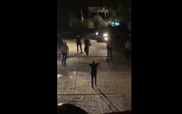 Un bărbat din Bârlad înarmat cu două topoare, reținut de polițiști după reclamația soției