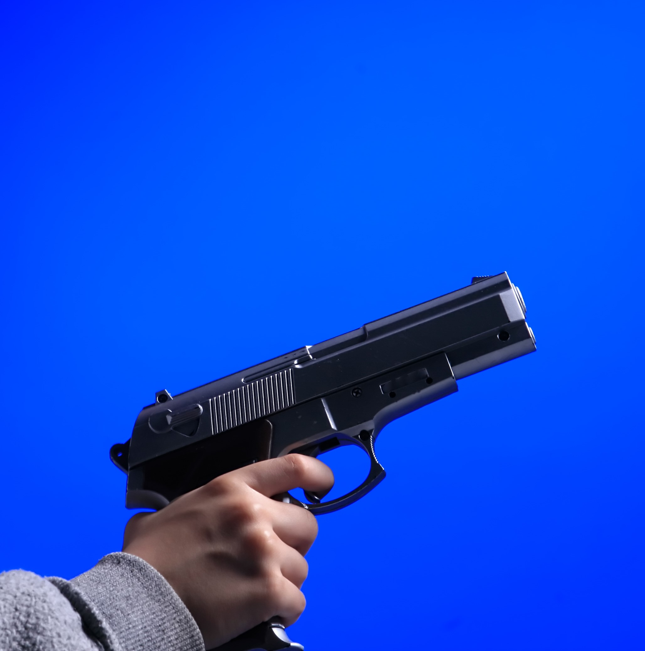 Un copil de 10 ani s-a împușcat mortal în cap în timp ce se juca cu sora mai mică