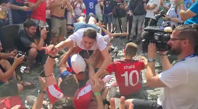 """EURO 2020. Imagini de senzație în Centrul Vechi. Suporterii francezi """"înoată pe asfalt"""""""