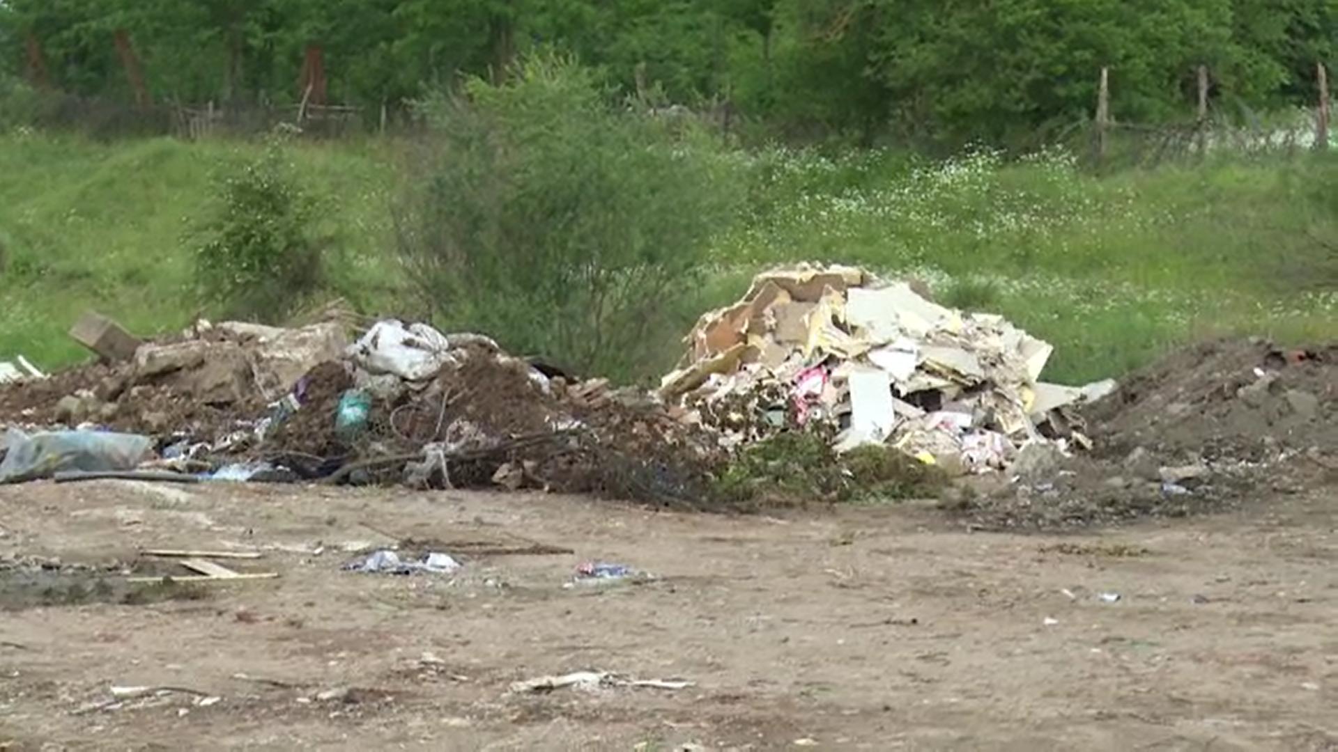 """Malul unui pârâu din județul Dâmbovița a fost """"consolidat"""" cu deșeuri"""