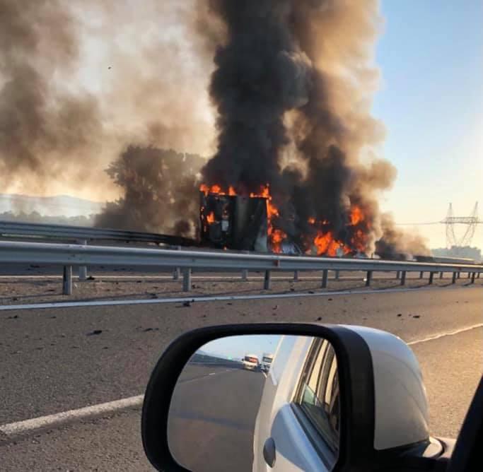 Un camion plin cu băuturi s-a răsturnat și a luat foc pe A1. VIDEO