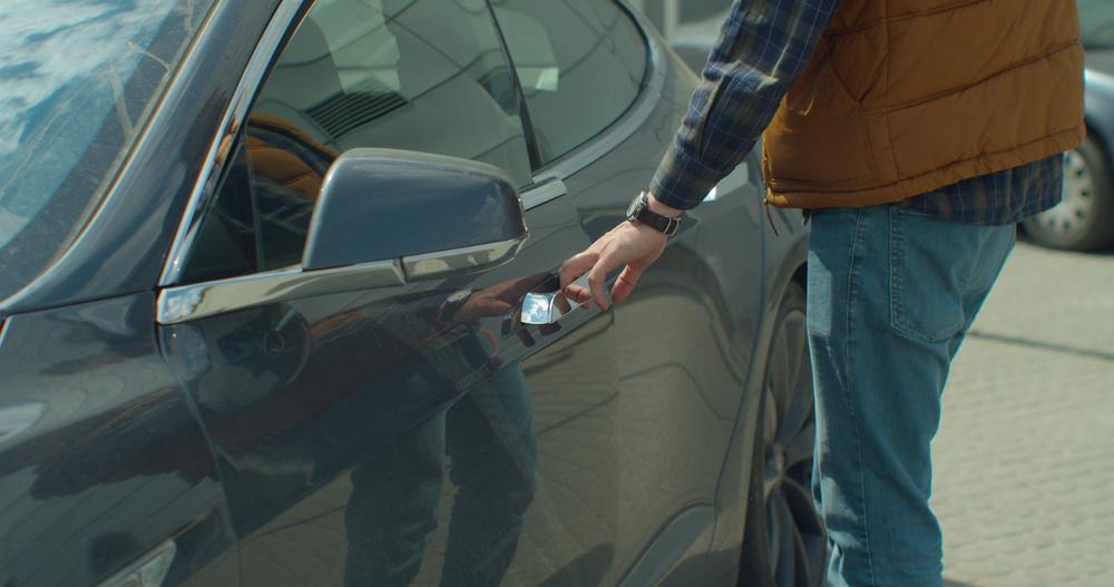 Un șofer din Capitală a aruncat 45.000 de dolari într-o mașină și a fugit. Ce a urmat