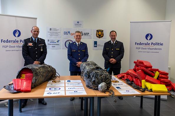 Aproape 3 tone de cocaină şi peste 11 milioane de euro, confiscate aproape de aeroportul Amsterdam-Schiphol