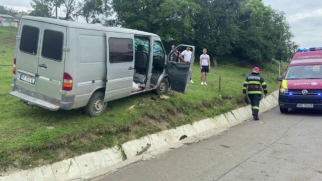 Un bărbat a făcut infarct în timpul unui accident de microbuz, condus de un șofer beat