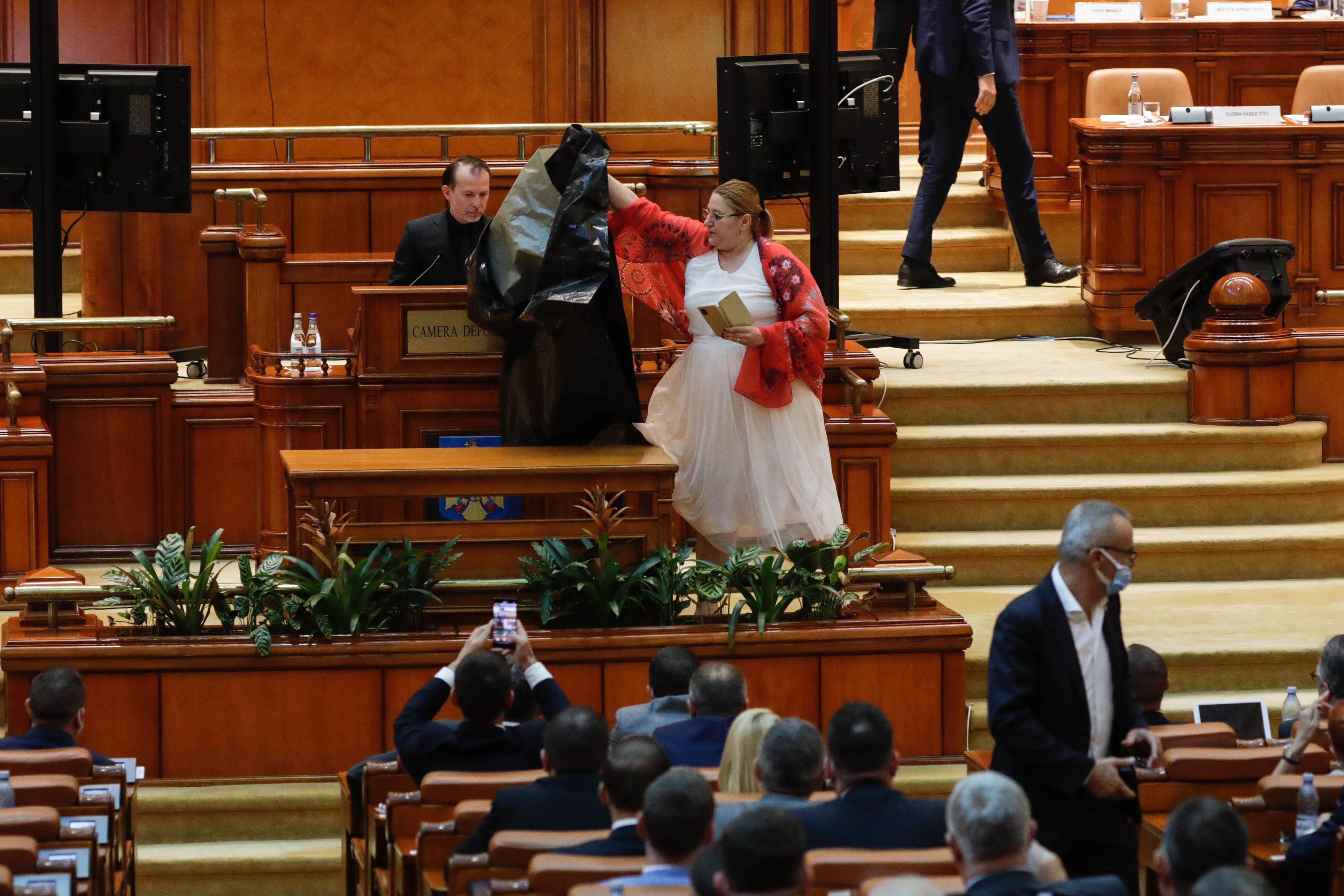 Moțiunea de cenzură a fost respinsă. Șoșoacă a făcut scandal, a pus un sac negru în fața premierului