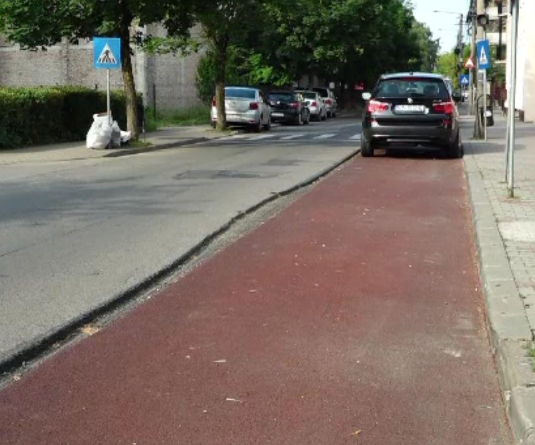 Pistele de biciclete din Bistrița, realizate haotic. Pietonii nu mai au loc și sunt blocați de mașinile parcate