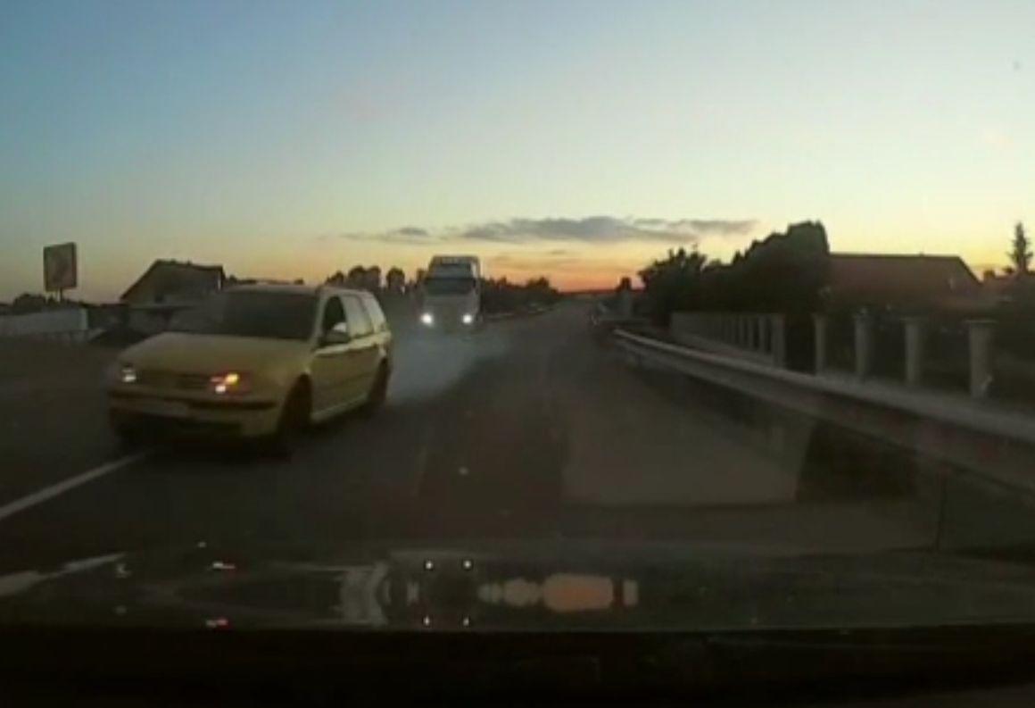 Șofer rămas fără permis după o depășire riscantă, filmată de o cameră de bord