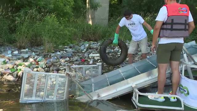 Mii de gunoaie și chiar cadavre de animale, adunate din Dunăre la Orșova