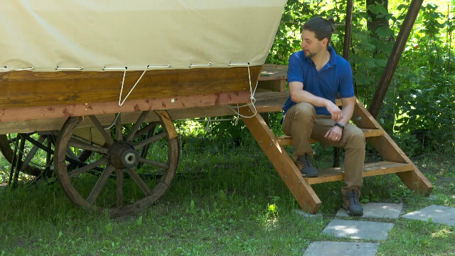 Un nou trend turistic în România. Cât costă să dormi într-o căruță, în inima Brașovului