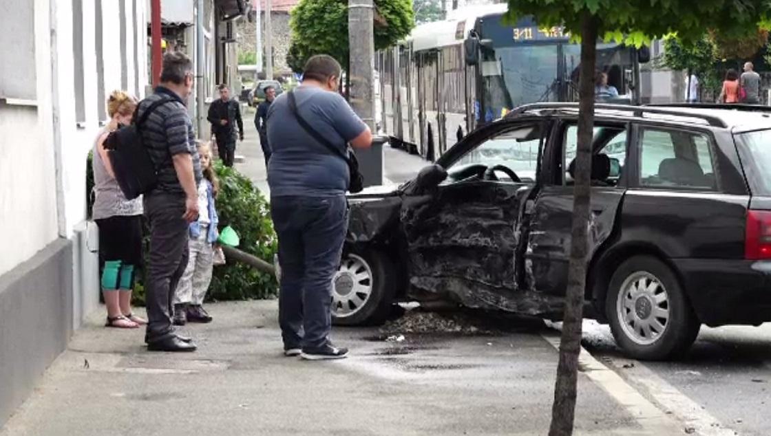 Două mașini au ajuns pe trotuar și au doborât un copac, după ce s-au izbit violent, în Baia Mare