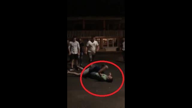 Imagini șocante. Un polițist din Bihor a fost filmat în timp ce bate cu brutalitate un tânăr