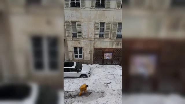 Grindină neobișnuită într-un oraș din Franța. S-a depus un strat de 60 de centimetri de gheață