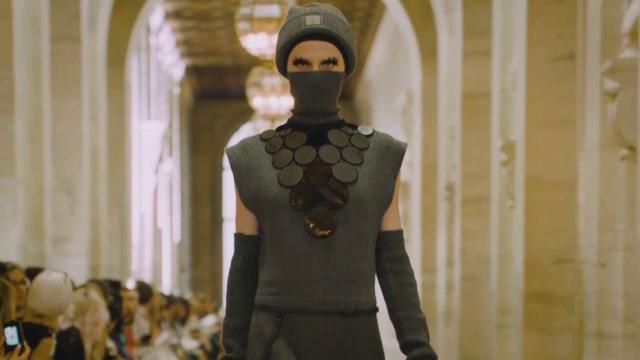 Marc Jacobs a reinterpretat masca de protecție, în noua colecție de toamnă