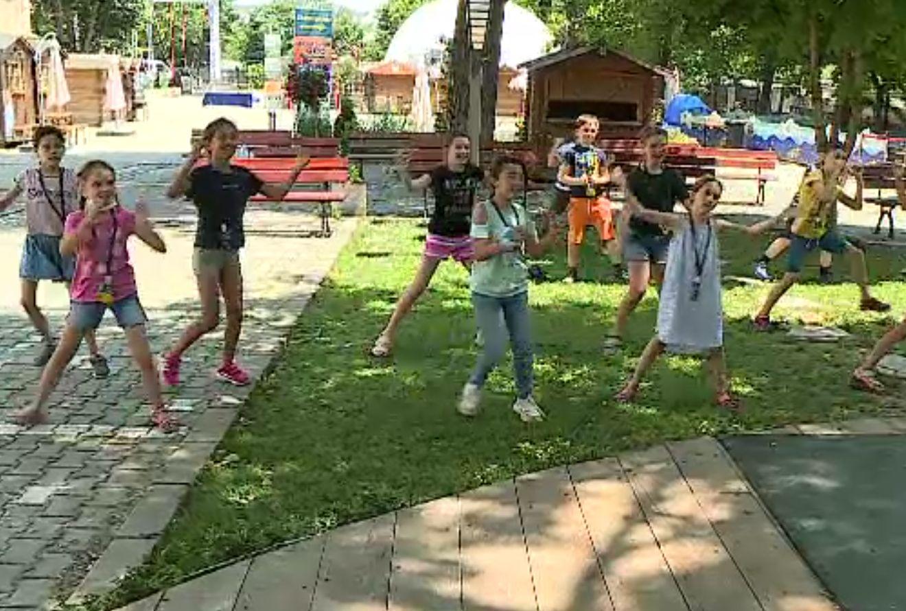 Școlile de vară, alternativă pentru timpul petrecut de copii cu bunicii. Care sunt costurile