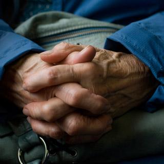 Boala Parkinson nu-i mai afecteaza doar pe varstnici