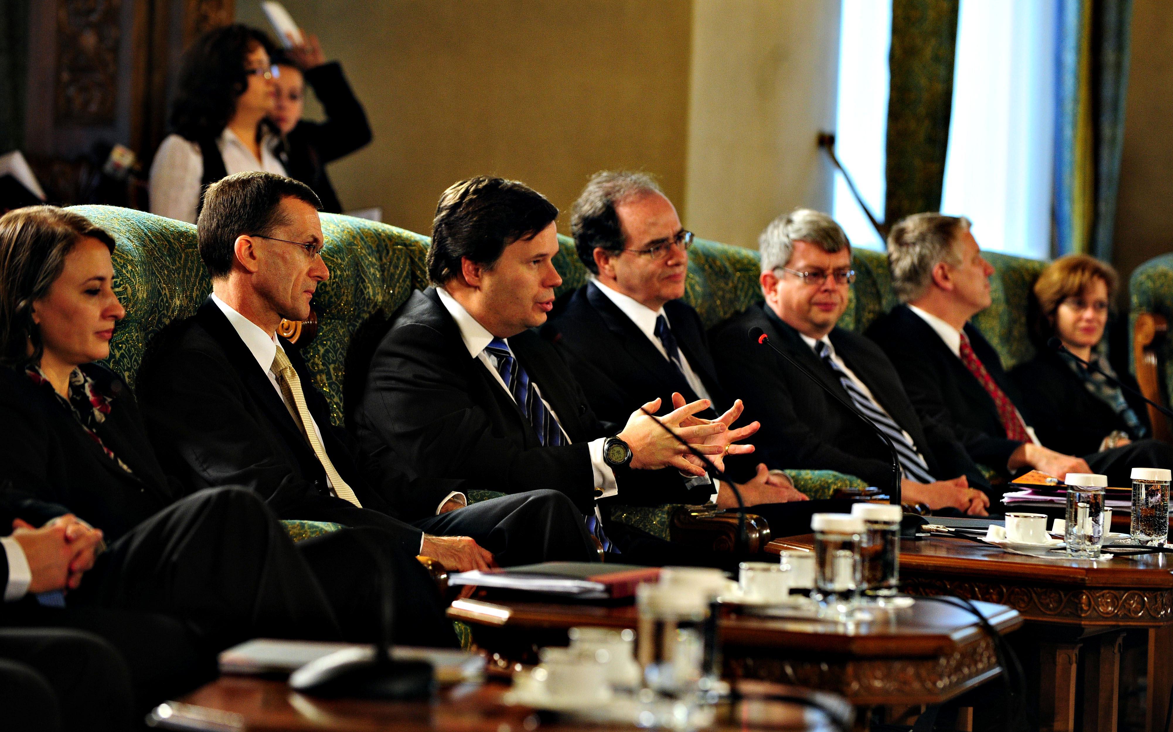 Revista presei: Evaluare stricta din partea FMI