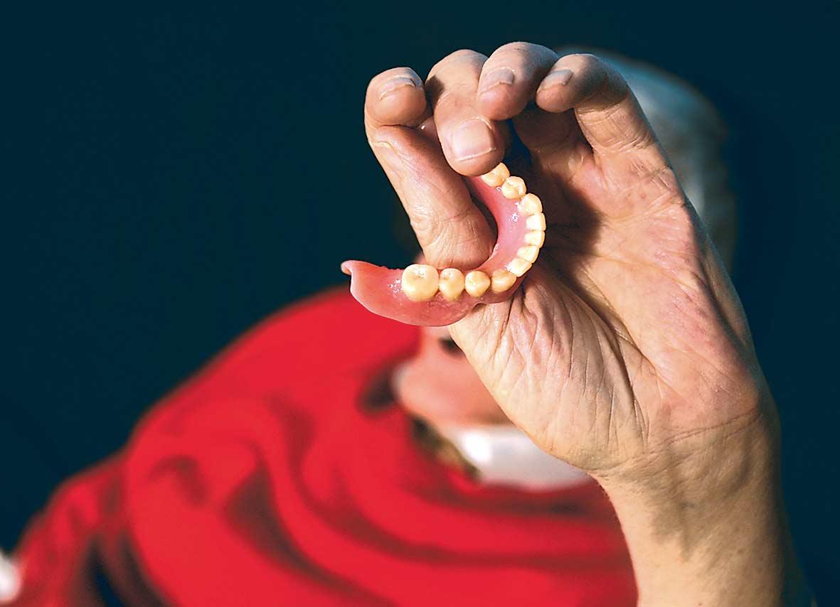 La un pas de moarte dupa ce si-a inghitit in somn proteza dentara!