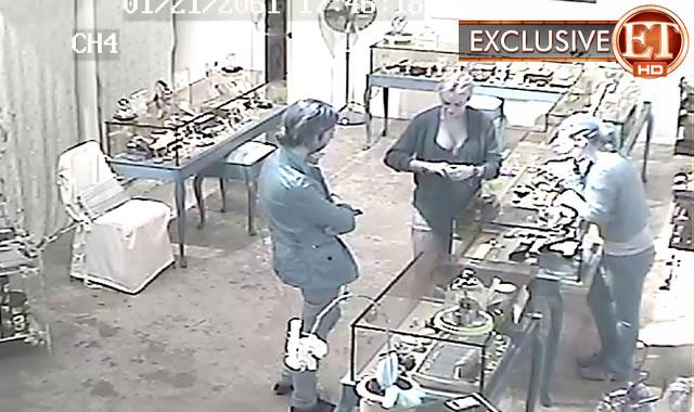 Primele fotografii cu Lindsay Lohan, surprinsa in timp ce fura un lantisor